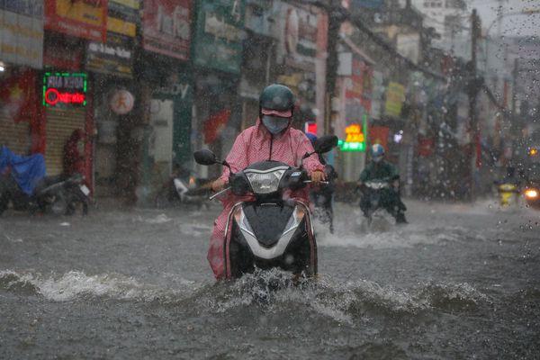 TP.HCM mưa dông, nhiệt độ giảm nhẹ