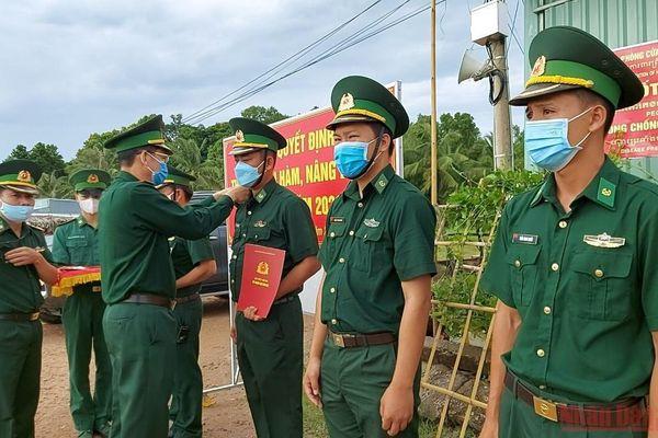 Bộ đội Biên phòng Kiên Giang trao quân hàm sĩ quan tại các chốt phòng, chống dịch Covid-19