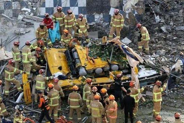 Tòa nhà 5 tầng đột ngột đổ sập xuống xe buýt ở Hàn Quốc khiến 9 người thiệt mạng