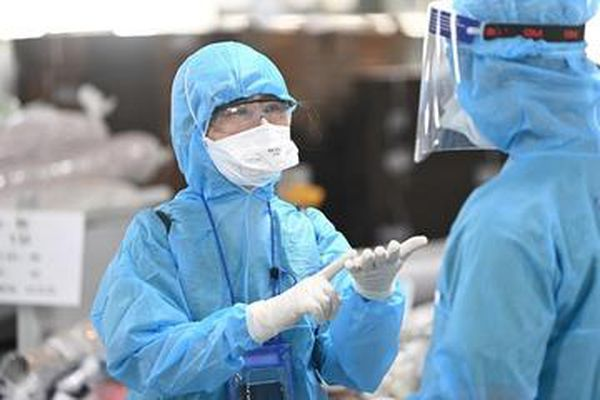 Vợ chồng mắc Covid-19 không đeo khẩu trang, nhổ nước bọt tại bệnh viện