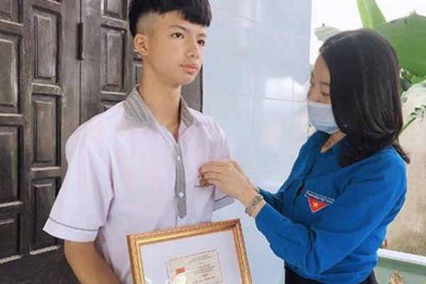 Trao tặng Huy hiệu 'Tuổi trẻ dũng cảm' cho nam sinh lớp 10 ở Quảng Bình