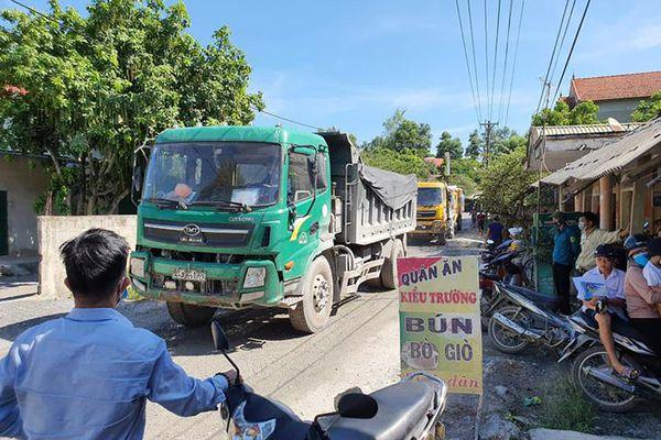 Vì sao người dân bức xúc chặn đường xe tải chở vật liệu xây dựng?
