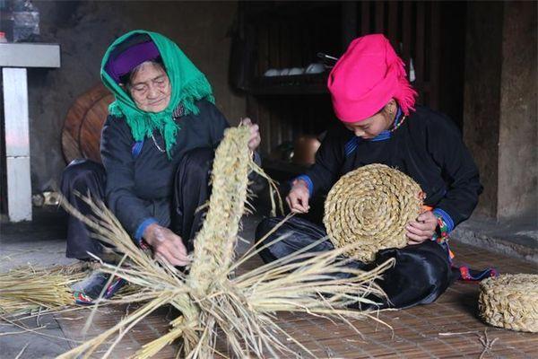 Người Tày Bản Liền giữ nghề đan bện rơm