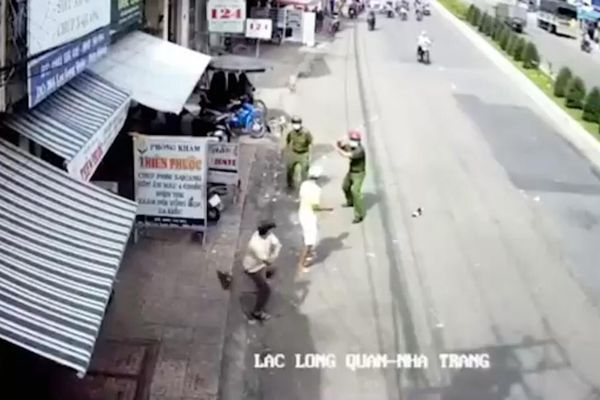 Công an Khánh Hòa bị người đàn ông cầm dao đe dọa, dân vác gậy giải vây