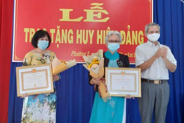 Tây Ninh: Trao huy hiệu Đảng cho các đảng viên lão thành