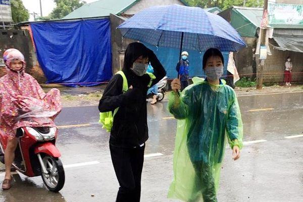 Đoàn Thanh niên Quốc Oai đội mưa tiếp sức thí sinh thi vào lớp 10 THPT