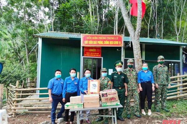Huyện đoàn Mường Lát thăm, trao tặng nhu yếu phẩm cho các chốt phòng, chống dịch COVID-19 trên tuyến biên giới