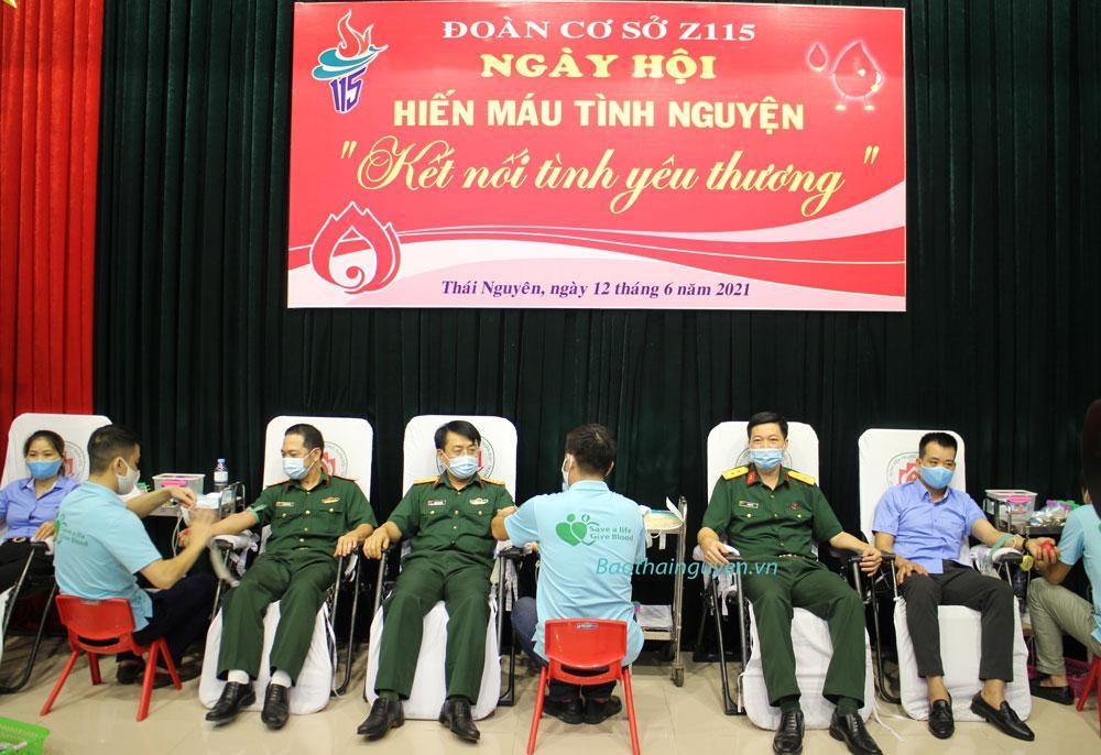 Gần 600 cán bộ, chiến sĩ, người lao động Nhà máy Z115 tham gia hiến máu