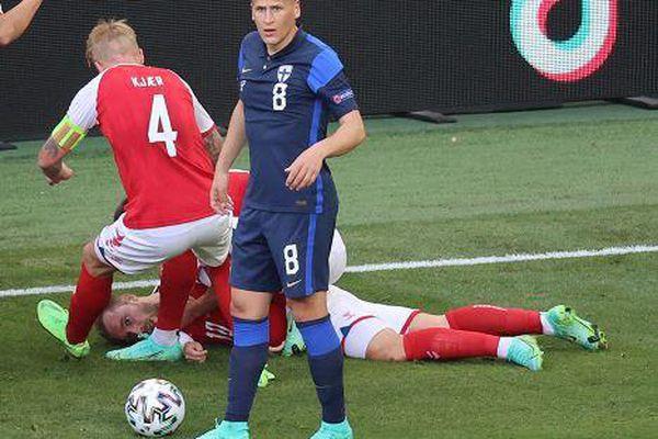 Khoảnh khắc ngã gục của Eriksen khiến người Đan Mạch hoảng hốt