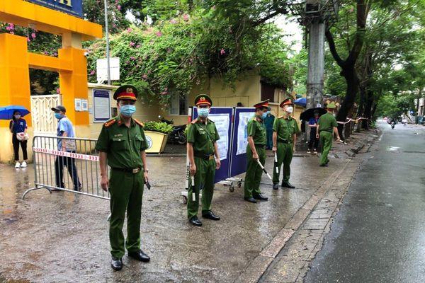 Lực lượng Công an 'đón' bão, đội mưa đảm bảo an toàn phục vụ sĩ tử thành công kỳ thi vào lớp 10