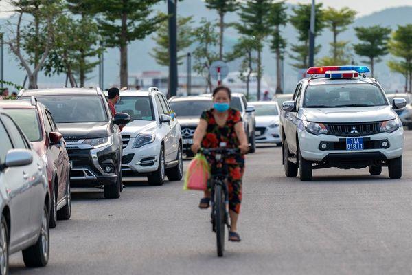 Hàng trăm tài xế ôtô thiếu ý thức khi tắm biển ở Hạ Long