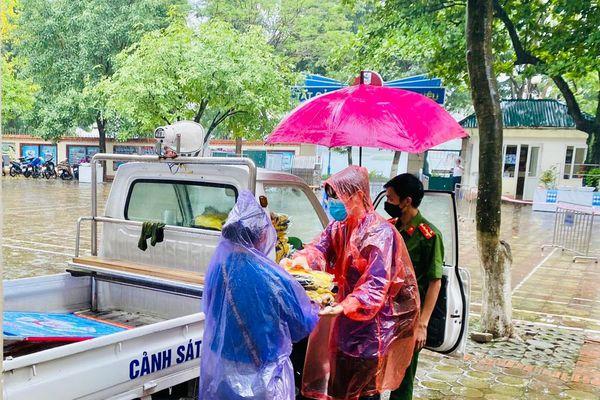 Chùm ảnh: Hỗ trợ quần áo cho thí sinh bị ướt, hình ảnh đẹp trong ngày mưa gió