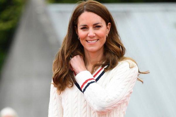 Mẫu áo trắng, quần jeans đơn giản sold out nhờ Kate Middleton