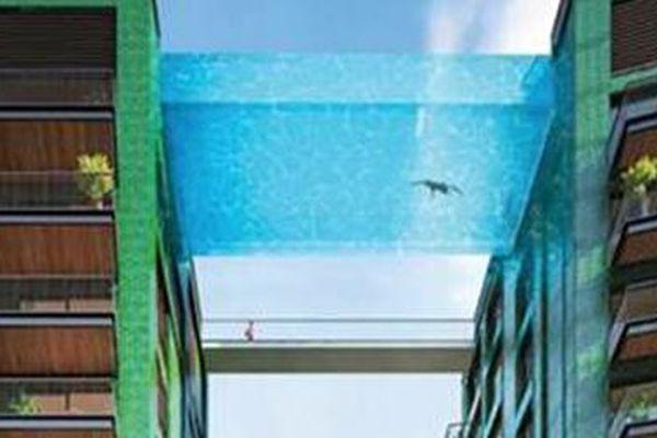 Bể bơi trong suốt 'lơ lửng' giữa trời cao