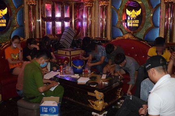 Phát hiện nhiều quán karaoke vẫn mở cửa đón khách, bất chấp lệnh cấm