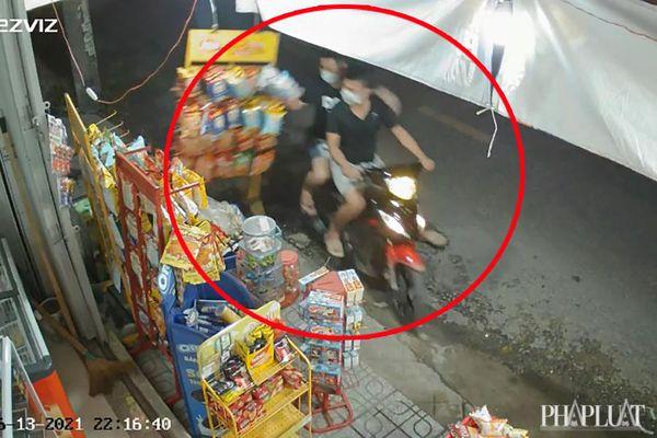 2 thanh niên bê cả giá hàng của tiệm tạp hóa ở Hóc Môn