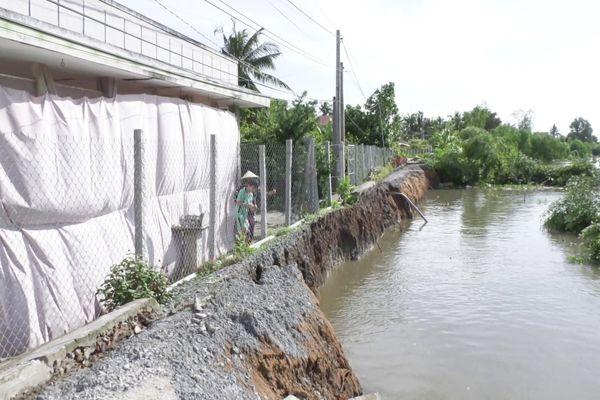 Sạt lở đường ven sông chia cắt hàng trăm hộ dân