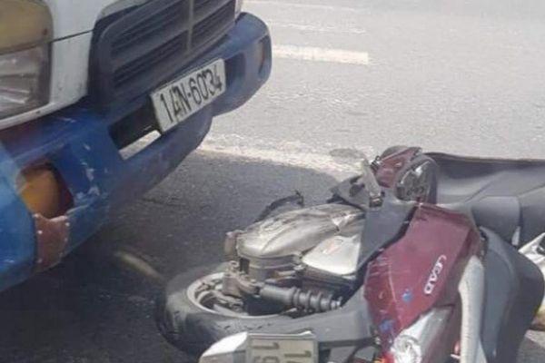 Ô tô tải đâm xe máy cùng chiều, hai mẹ con bị thương