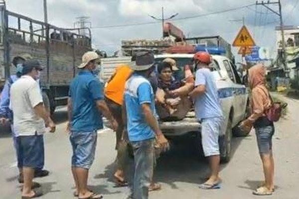 CSGT dùng xe đặc chủng đưa tài xế đi cấp cứu sau tai nạn