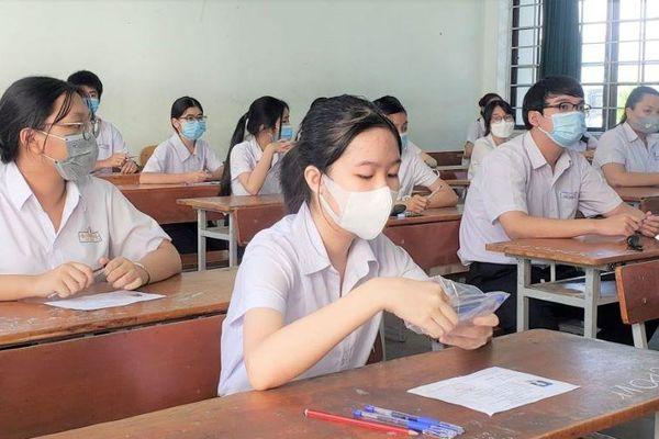 Hơn 13.000 học sinh Đà Nẵng kín mít khẩu trang đi thi vào lớp 10