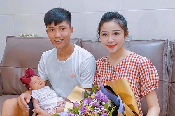 Vợ con Tiến Dũng, Phan Văn Đức hào hứng trước giờ Việt Nam đối đầu UAE