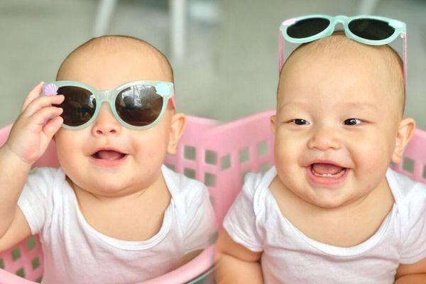 Leon tạo dáng cực yêu khi đeo mắt kính 'mượn' từ chị gái Lisa