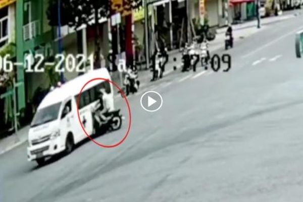 Xe máy phóng nhanh tông ngang xe cấp cứu tại ngã tư