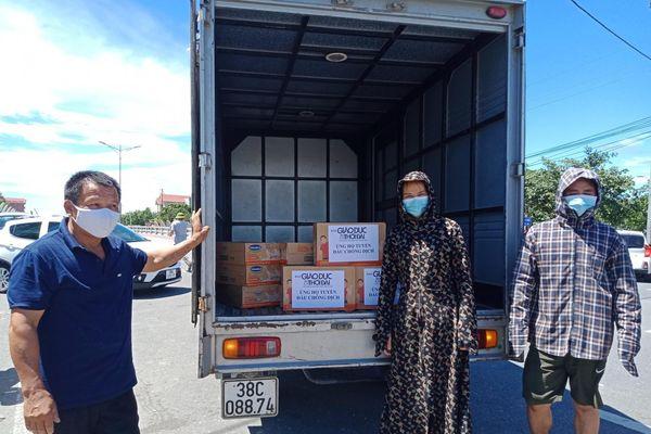 Báo GD&TĐ trao tặng hàng nghìn khẩu trang và mũ bảo hộ cho ngành y tế Hà Tĩnh