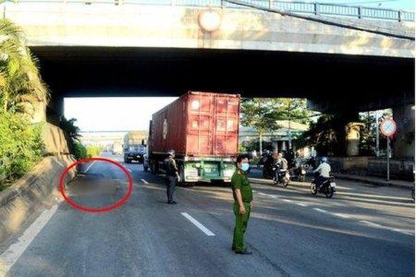 TP.HCM: Người phụ nữ rơi từ cầu vượt xuống đường tử vong tại chỗ