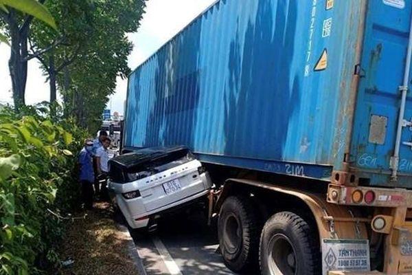 Xe container chèn ô tô hạng sang đi cùng chiều bẹp rúm