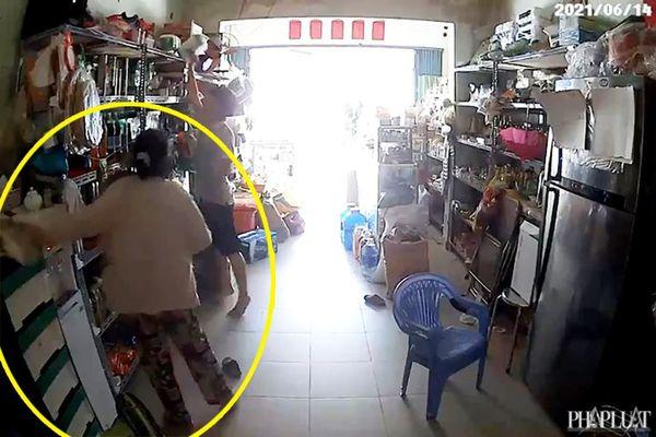 1 phụ nữ vờ mua hàng để trộm card điện thoại ở Bình Tân