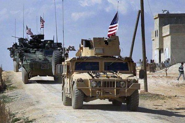 Đoàn xe quân sự Mỹ lại bị dân chặn đường, ném đá ở Syria