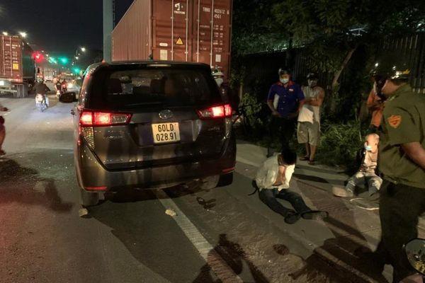 Tài xế ô tô hung hãn húc văng CSGT giữa đường ở Bình Dương