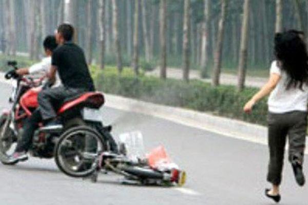 Hai kẻ táo tợn tấn công cô gái cướp xe ở Hóc Môn
