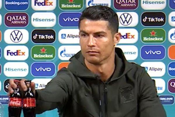 Ronaldo 'đấu' Coca-Cola: UEFA khuyến cáo các cầu thủ không bắt chước