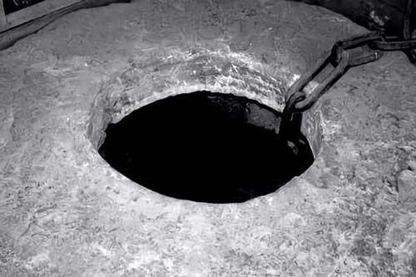 Thấy giếng phát ra tiếng động lạ, quân lính xuống kiểm tra bỗng phụt lên dòng nước đen kịt: Bí ẩn này là gì?