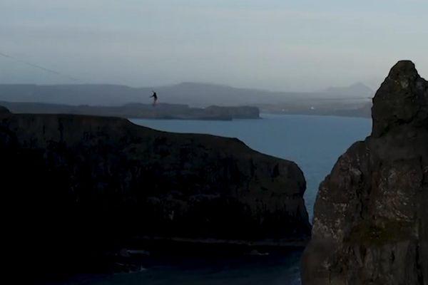 Chàng trai mạo hiểm đi bộ trên dây giữa 2 vách đá ở Scotland
