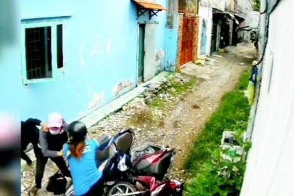 Bị 2 tên cướp áp sát giật tài sản trong con hẻm nhỏ, cô gái trẻ có pha phản đòn 'cực gắt'