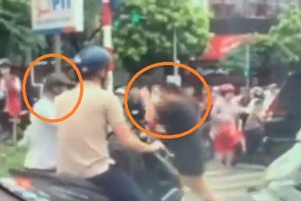 2 người đàn ông đấm bốc giữa phố Hà Nội để giải quyết mâu thuẫn