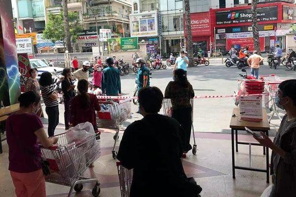 Siêu thị Big C Miền Đông bị phong tỏa, nhiều khách hàng bị 'kẹt' tại siêu thị