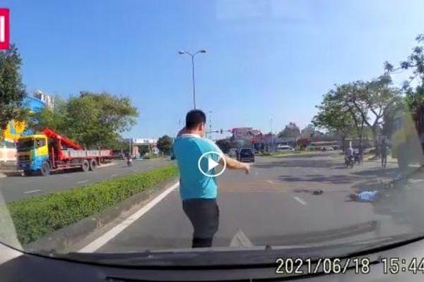 Va chạm với chiếc Mercedes, cụ ông đi xe đạp điện nguy kịch
