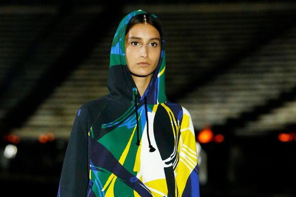 Dior, Louis Vuitton khác biệt trong show thời trang Cruise 2022