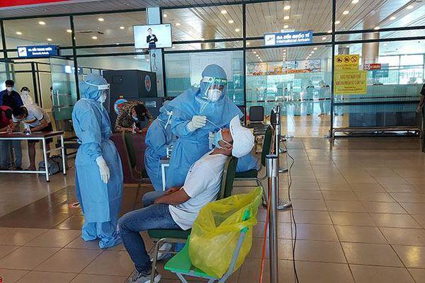 Xét nghiệm SARS-CoV-2 ngẫu nhiên đối với hành khách từ TP. Hồ Chí Minh đến sân bay Đồng Hới