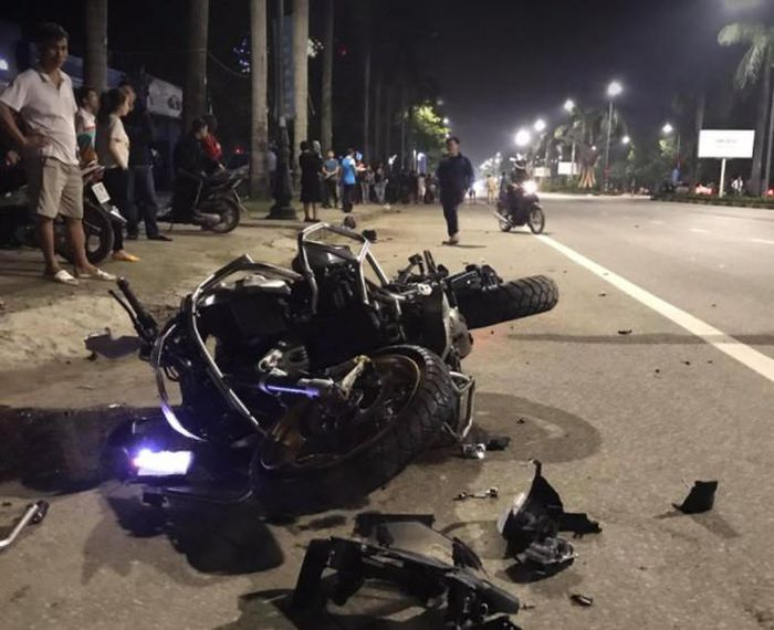 CLIP: 'Siêu môtô' BMW tông xe máy văng gần 100 m, 3 người thương vong - Báo Người Lao Động