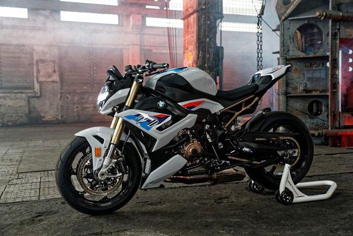 Triumph Speed Triple 1200 RS 2021 va BMW S1000R tren ban can thong so - 12