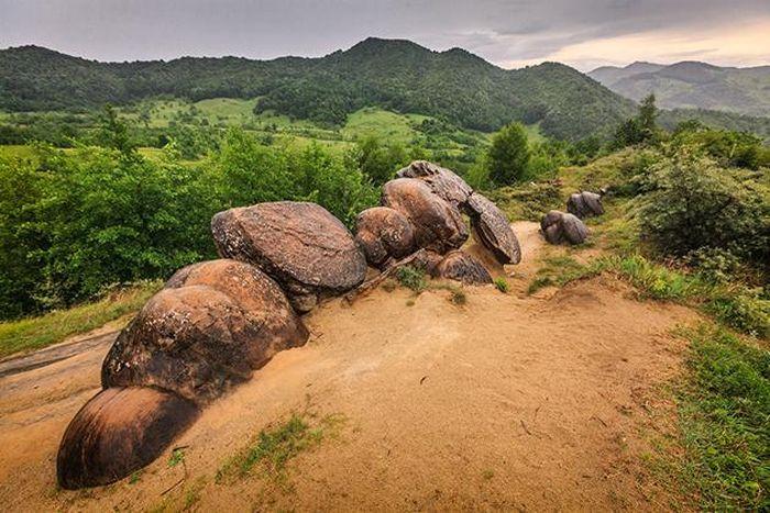 Ly kỳ loài đá độc nhất vô nhị có thể mọc như nấm ở của Romania - ảnh 4.