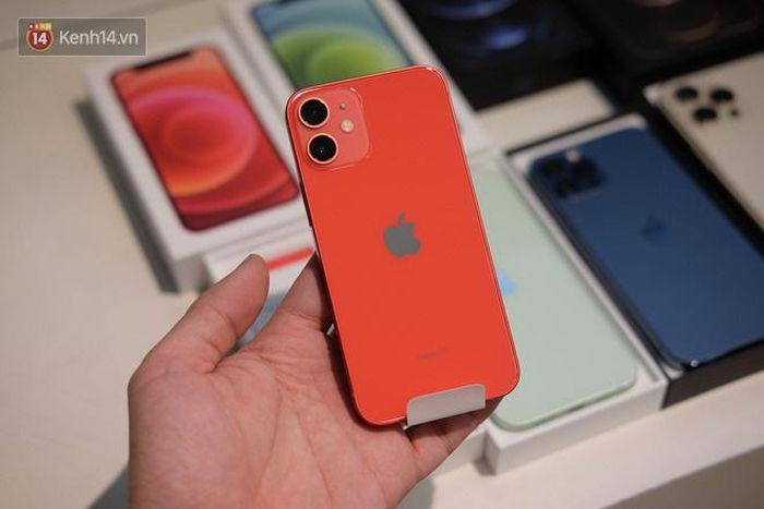 Nóng: Cận cảnh kho hàng iPhone 12 chính hãng khổng lồ trước giờ 'G' mở bán