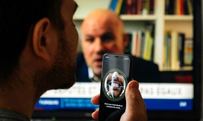 Vì sao Apple tình nguyện đưa những chiếc iPhone kém bảo mật cho hacker?