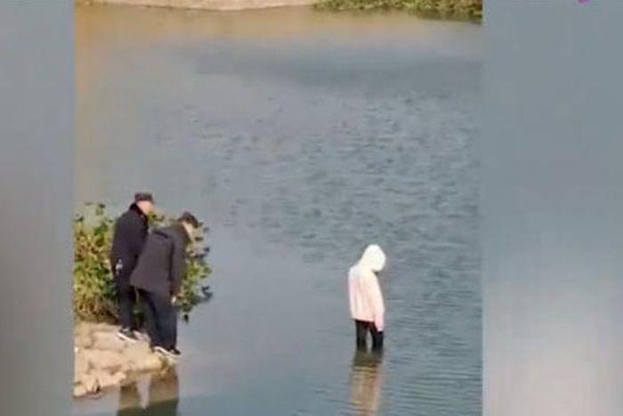 Tranh cãi 4 cảnh sát TQ không biết bơi đứng nhìn thiếu nữ chết đuối 5bd57408964b7f15265a