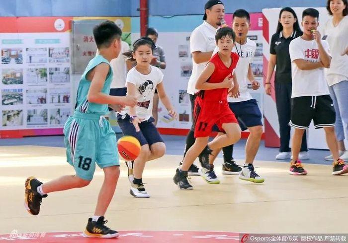 Con gái Yao Ming cao hơn 1.7m (5'7) dù mới 10 tuổi 64da2002fd41141f4d50